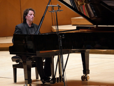 Violoncelistul Răzvan Suma şi pianistul Horia Mihail  în turneu naţional cu Vă place Schu... ?