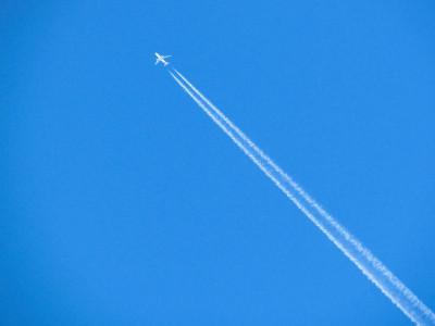 Românii vor putea merge cu avionul la mare începând din aprilie