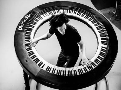 Claviaturistul lui Lady Gaga a inventat un pian de 360° și este demențial