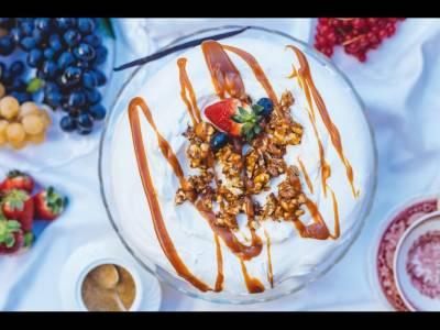 Tort de bezea, o lume a bezelei unde crema de mascarpone și fructele de  pădure venerează fiecare papilă gustativă