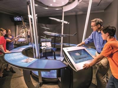Dincolo de cer, expoziția interactivă despre bucuria zborului