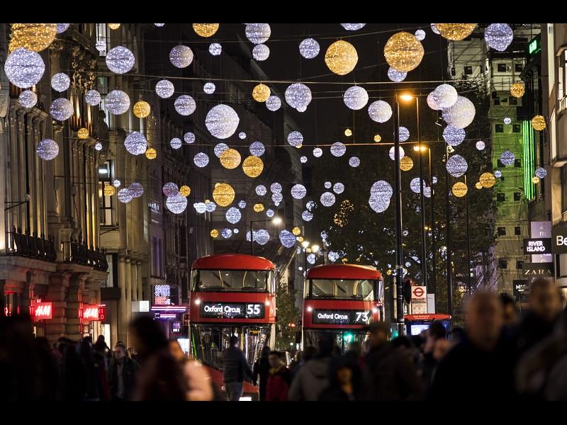 Oxford Street și-a primit luminițele de Crăciun