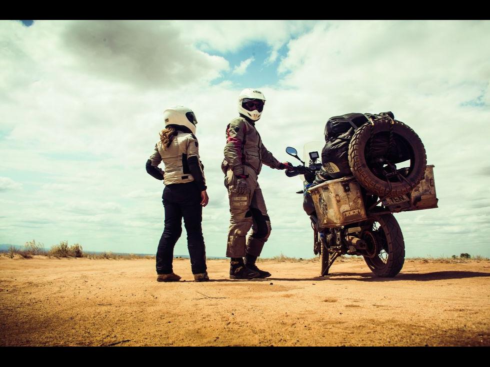Oyibo - el, ea și o motocicletă Yamaha Ténéré