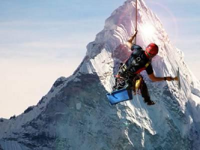 A spălat Everestul de sus până jos