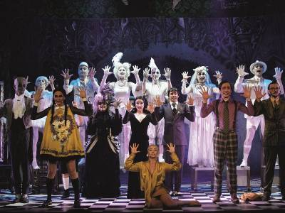 Familia Addams: Let's live before we die, and dance...