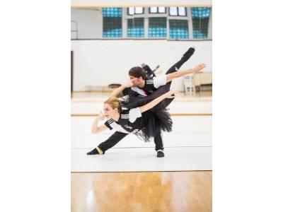 """Invitație inedită la artă și cultură. Coregrafie specială în pași de balet  inspirată din """"masca"""" lui Paulo Dybala"""