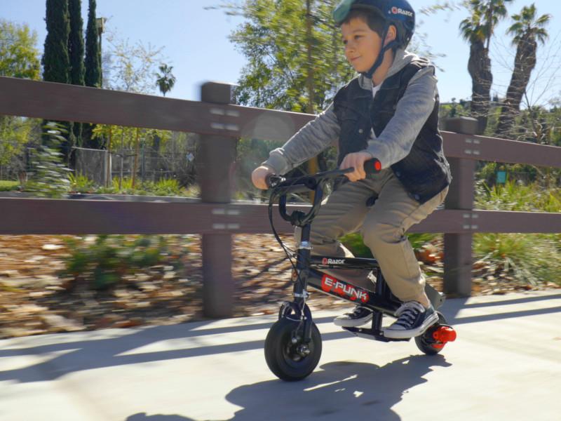 Când iepurașul de Paști vine pe o nouă mini-bicicletă electrică