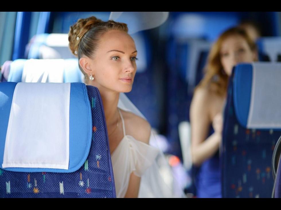 Ai nevoie de transport pentru cel mai important eveniment din viața ta, nunta? Descoperă de ce închirierea unui microbuz e soluția optimă!